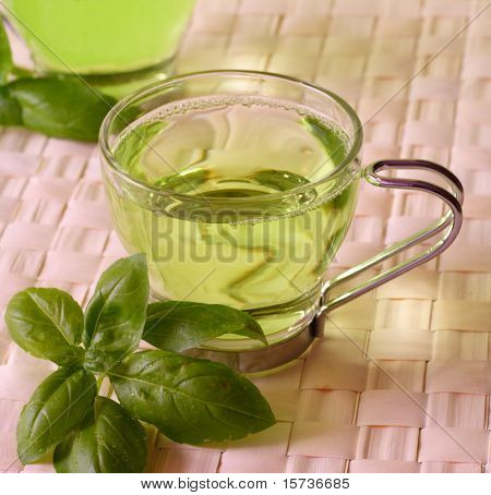 Té verde con hierbas, close-up