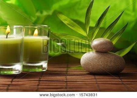 velas de aromaterapia y masaje de piedras