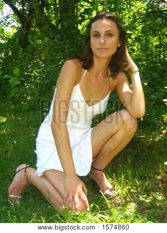 Mädchen in einem weißen Kleid