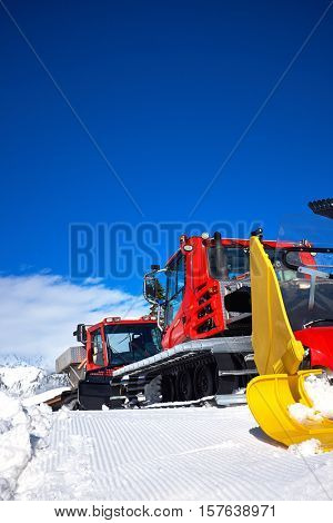 Machine for skiing slope preparations