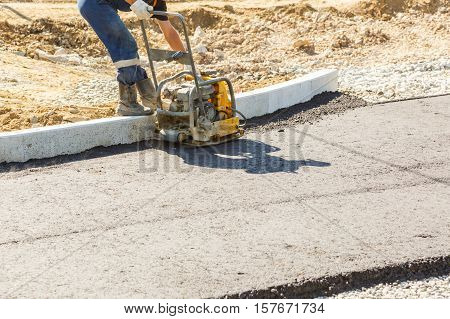 Worker Use Vibratory Plate Compactor