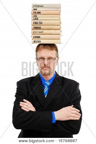 Hombre con libros de lengua en la cabeza