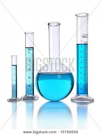Cristalería de laboratorio con líquido azul aislado sobre fondo blanco