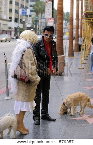 Elvis Presley und Marilyn Monroe Impersonators auf Hollywood Blvd., Hollywood, Kalifornien. 2006