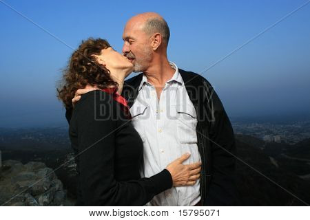 Amando o casal sênior beijando ao ar livre