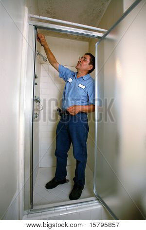 Manitas en camisa azul fijación ducha