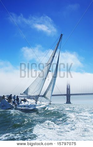 Schöne Yacht in San Francisco Bay, Golden Gate Bridge am Horizont. Kalifornien, USA