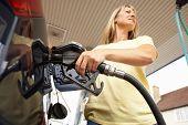 Постер, плакат: Женские автомобилист заполнение автомобиль с дизельного топлива на АЗС