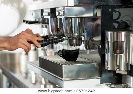 Barista bereitet Espresso in seinen Coffeeshop; hautnah