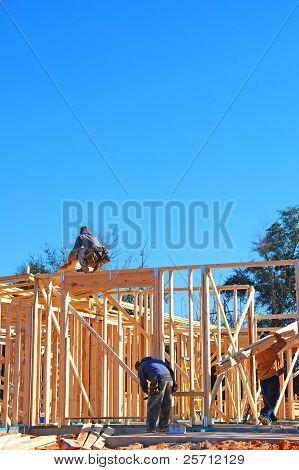 Trabajadores en la construcción de casas nueva