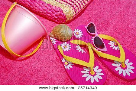 Rosa Badetuch und Flip-Flops