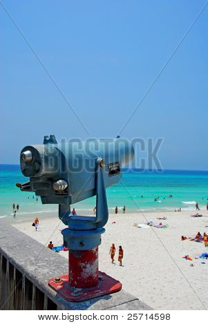 Visor en turquesa playa en verano
