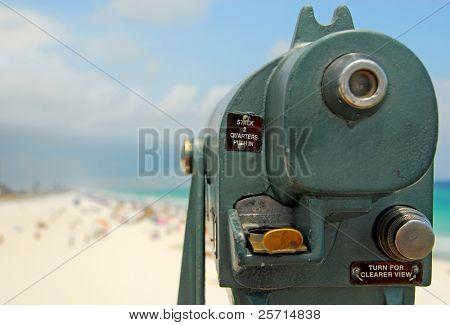 Teleskop-Sucher mit Blick auf überfüllten Strand