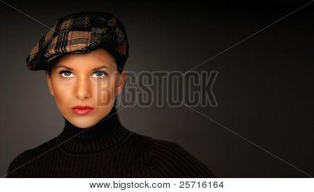 sehr attraktive Brünette in Cap und Rollkragen