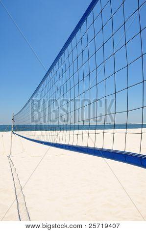 La red del voleibol en Playa Blanca bajo el cielo azul