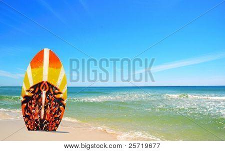 Surfbrett in Sand am schönen Strand