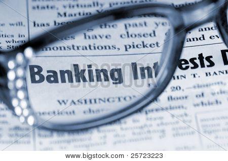 Lectura en periódico discutiendo problemas bancarios