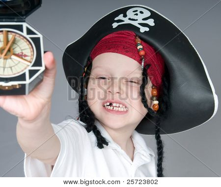 Junge in Pirate Outfits