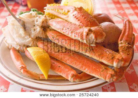 Tabla de mariscos de patas de cangrejo con lados