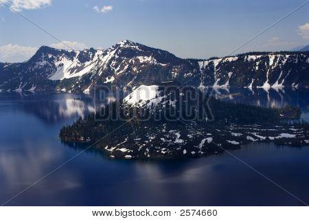 Ilha do Lago de cratera com reflexões