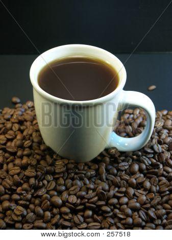 Taza de café en granos de café negro