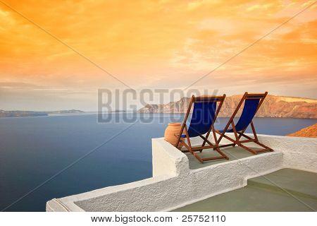 Hamacas en las azoteas de Santorini al amanecer