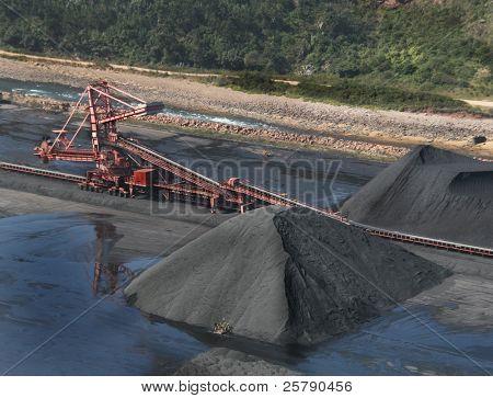 Rueda de la gran minería de digger de carbón está en acción