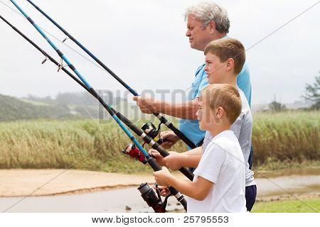 Alter Mann mit seinem Enkel vom Fluss Angeln