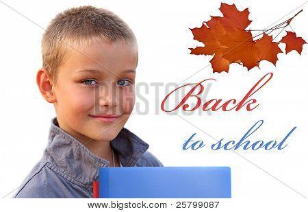 Niño feliz con libros mirando a cámara sobre fondo blanco. Regresar al concepto de la escuela.