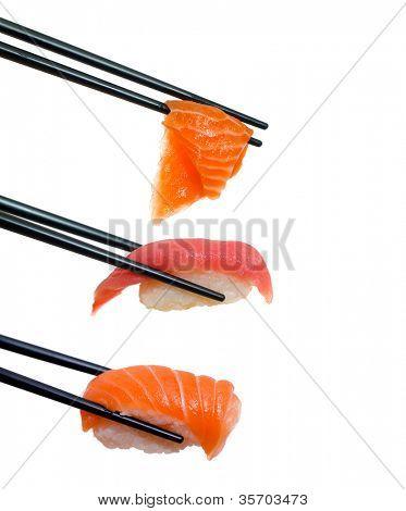 Sushi mit Stäbchen Schüsse auf weiß