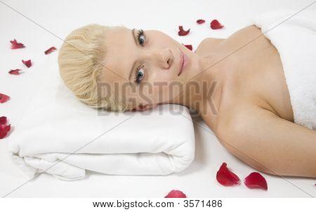 Mulher bonita postura com pétalas de rosa