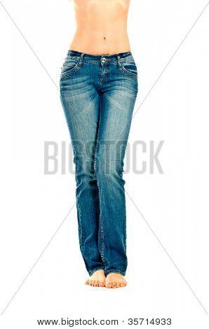 Mädchen in Jeans. Isolation auf der weißen