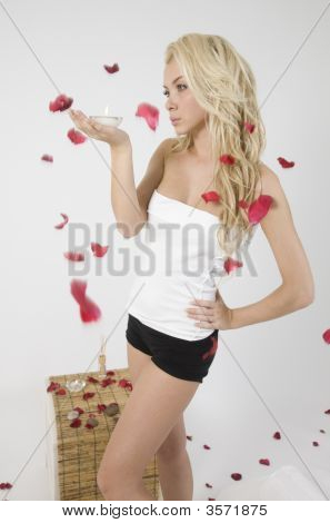 Jovens caucasianos Lady soprando pétalas