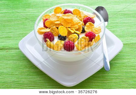 Corn flakes and fresh berries
