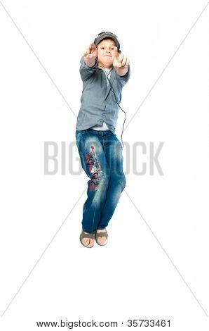 adolescente em fones de ouvido