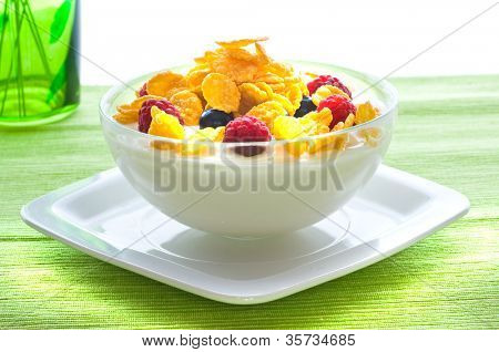 Corn flakes and fresh berries
