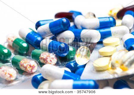 cápsulas médicas isoladas no fundo branco