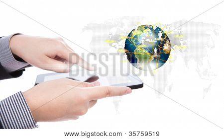 Homem de negócios usando um dispositivo de tela de toque contra o fundo branco (elementos da imagem mobilado
