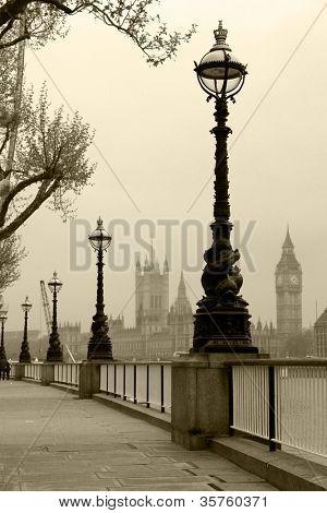 Big Ben & casas del Parlamento, se ve en la niebla