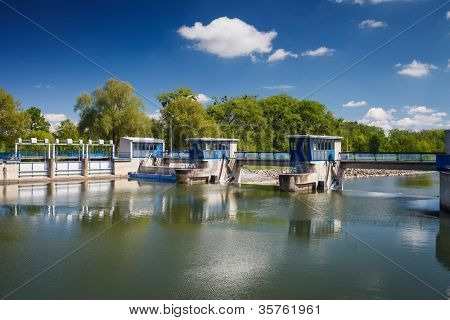 Cerradura de bloqueo/compuerta/nave de canal en un río