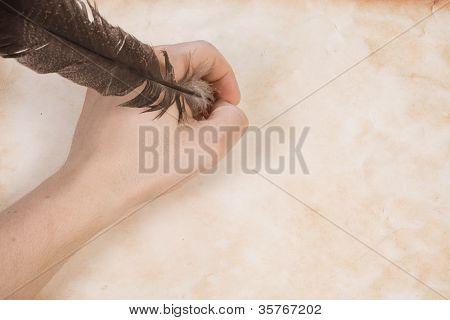 Hand von Tinte Feder auf Pergament schreiben