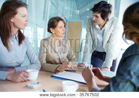 Bild von vier erfolgreichen Geschäftsfrauen, die Interaktion Tagung