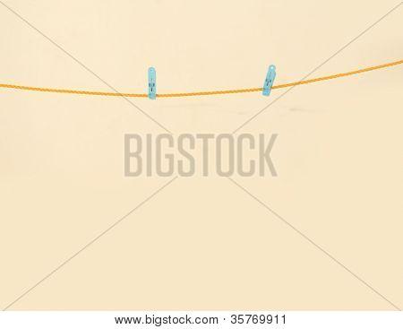 Linha de lavandaria com prendedor de papel em um backround areia