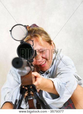 Mujer con un arma de fuego