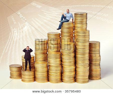 pessoas nas pilhas de moedas de euro dourado