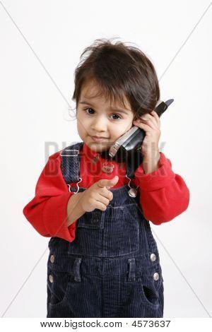 Kind im Gespräch über Telefon