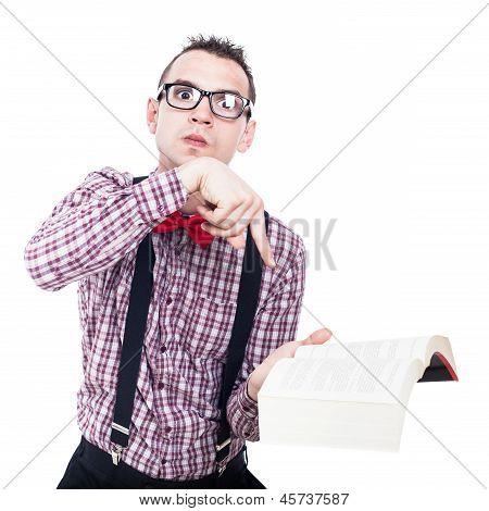 Angry Nerd Mann mit Buch