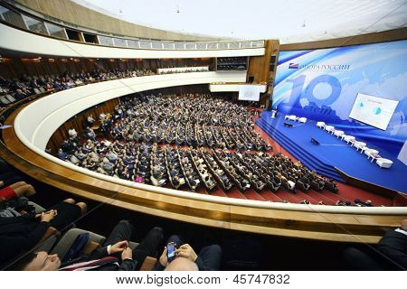 Moskau - NOVEMBER 14: Publikum hören Referent Forum Kleinbetrieb - New Economy 10 gewidmet