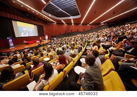 Moskau - AUG 20: Teilnehmer des Global Youth Business Forum im Kongress-Saal des Moskauer Schule o