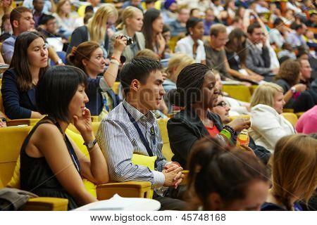 Moskau - AUG 20: Multinationale Jugend Publikum von Global Youth Business Forum im Kongress-Saal des
